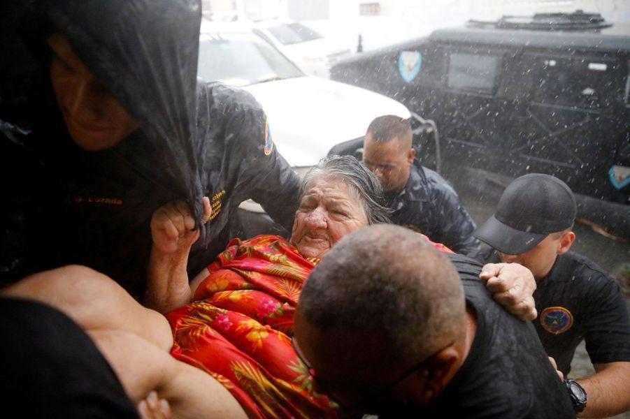 AGuayama, à Porto-Rico, un photographe de Reuters assiste au passage de l'ouragan. Les secours portent assistance à une femme au centre des opérations d'urgence.