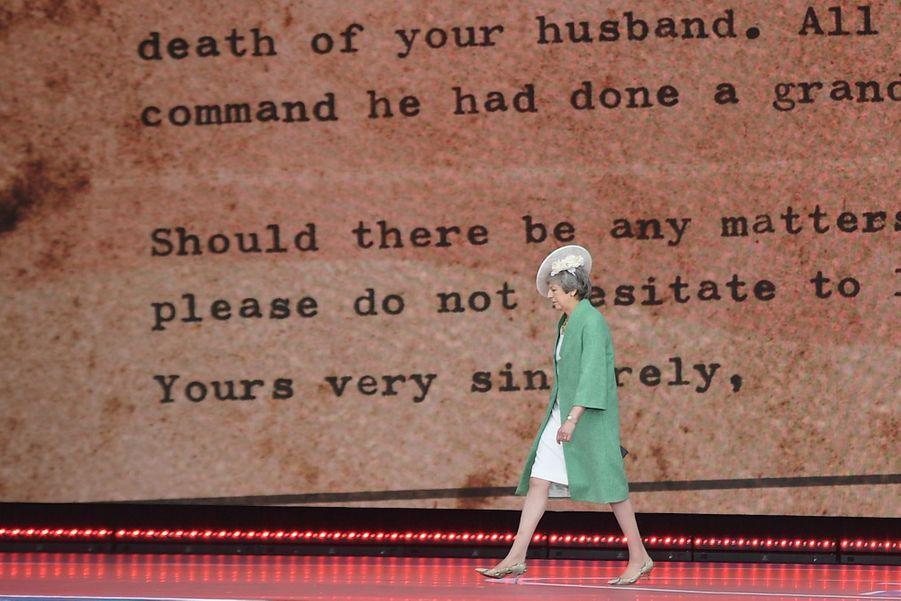 Theresa May, sur scène.