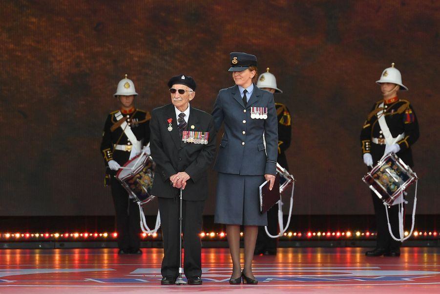 Le vétéran britannique John Jenkins sur scène.