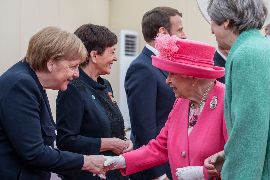 Angela Merkel salue la reine Elizabeth II, au côté de Theresa May.