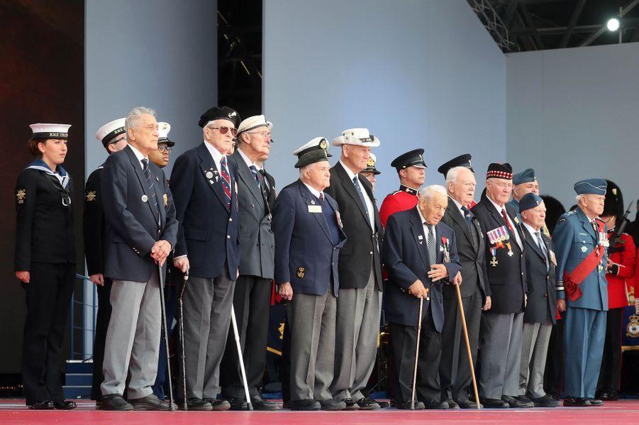 Des vétérans du «D-Day» sur scène.