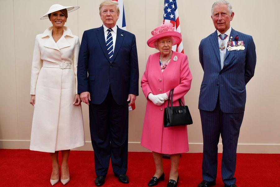 Melania et Donald Trump posent avecElizabeth II et le prince Charles de Galles.