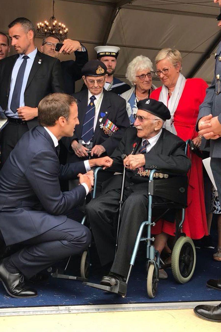 Emmanuel Macron salue le vétéran britannique John Jenkins.