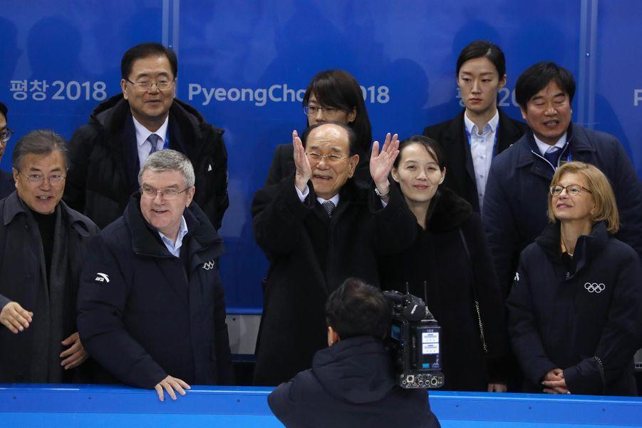 Kim Yo-jong applaudissant l'équipe féminine unifiée de hockey sur glace àKwandong, le 10 février 2018.