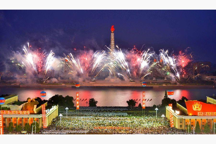 Des feux d'artifice et un énorme rassemblement àPyongyang pour célébrer l'essai nucléaire nord-coréen, le 6 septembre 2017.
