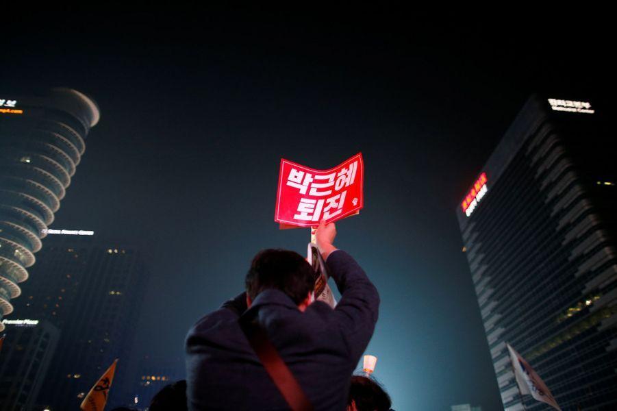 Des milliers de Sud-Coréens ont manifesté samedi 5 novembre à Séoul pour exiger la démission de la présidentePark Geun-Hye.