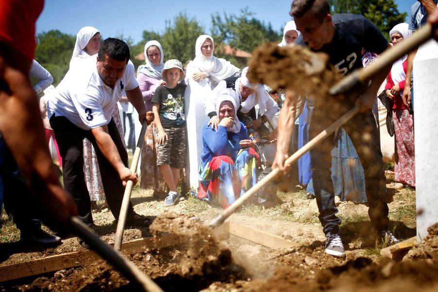 A Srebrenica, les restes de 127 victimes ont été inhumés 21 ans après le massacre.