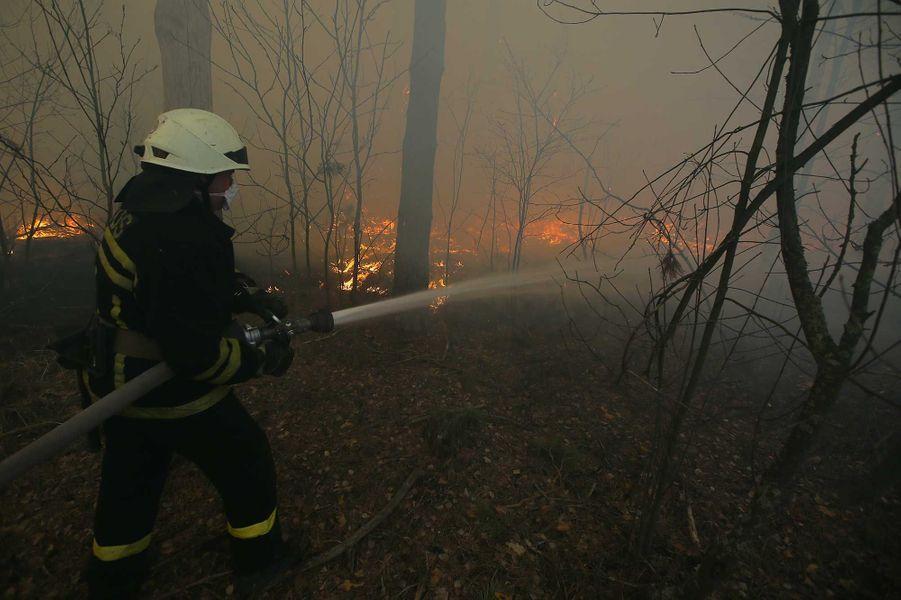 Les pompiers à l'oeuvre pour éteindre l'incendie dans la zone d'exclusion de Tchernobyl, le 10 avril