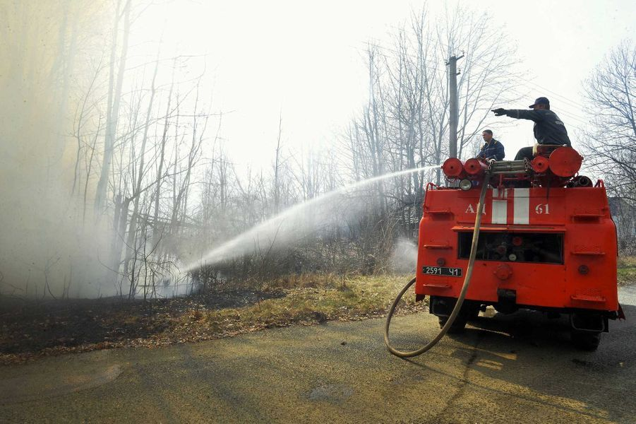 Les pompiers tentent d'éteindre un feu de forêt qui sévit dans la zone d'exclusion de Tchernobyl depuis plus d'une semaine