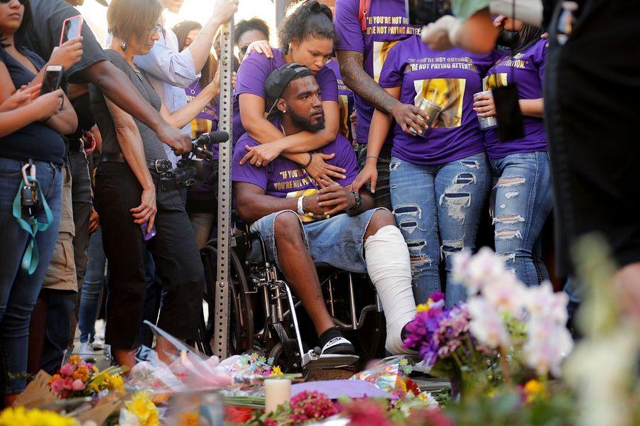 Blessé par l'attaque, il assiste à l'hommage rendu à Heather à Charlottesville.
