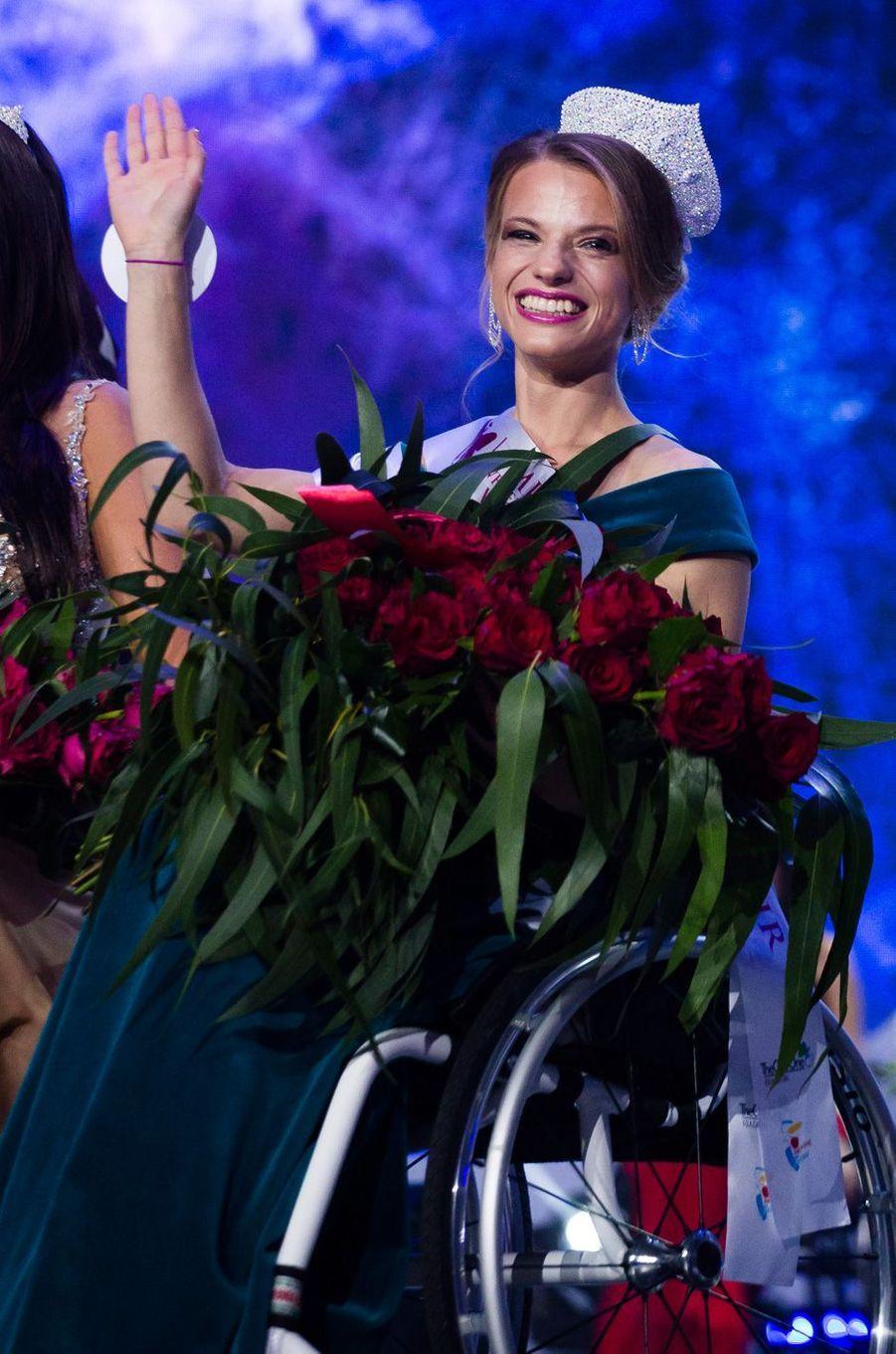 La Bélarusse Alexandra Chichikova, 23 ans, sacrée samedi Miss Monde en fauteuil roulant.