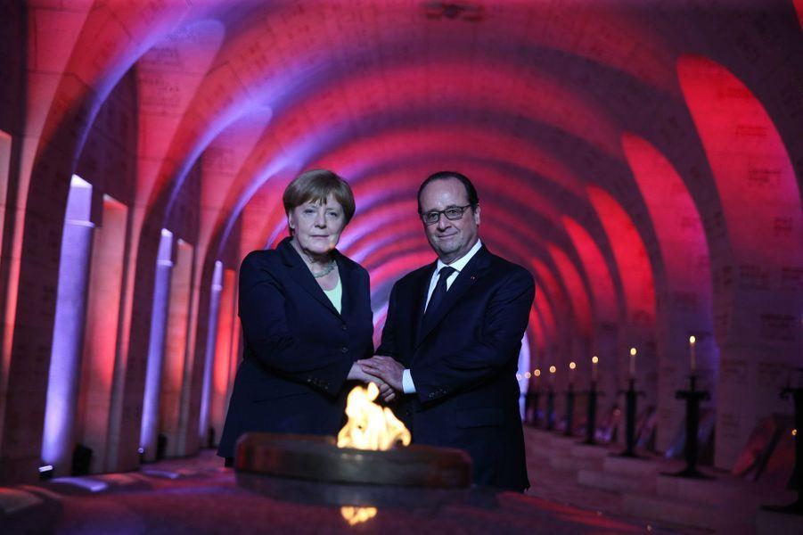 Angela Merkel et François Hollande à l'intérieur de l'ossuaire de Douaumont