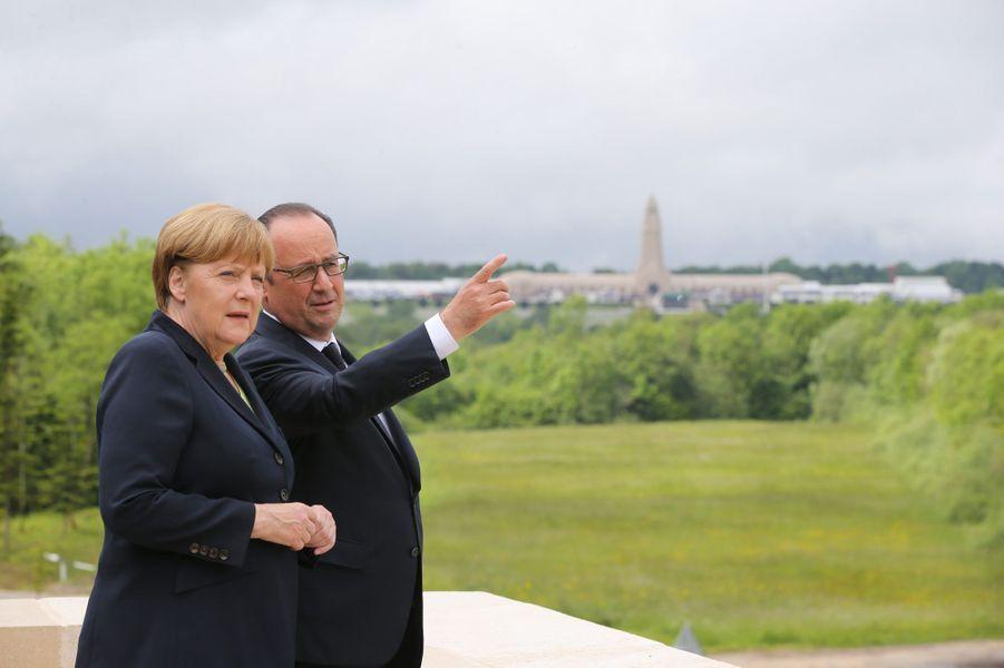 Derrière François Hollande et Angela Merkel, la nécropole de Douaumont