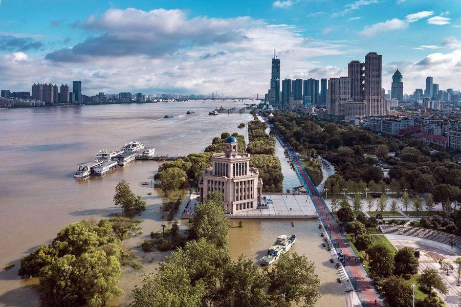 La métropole de Wuhan, où avait été repéré en décembre le nouveau coronavirus, fait partie de la liste des villes qui surveillent avec inquiétude la montée des eaux du Yangtsé.