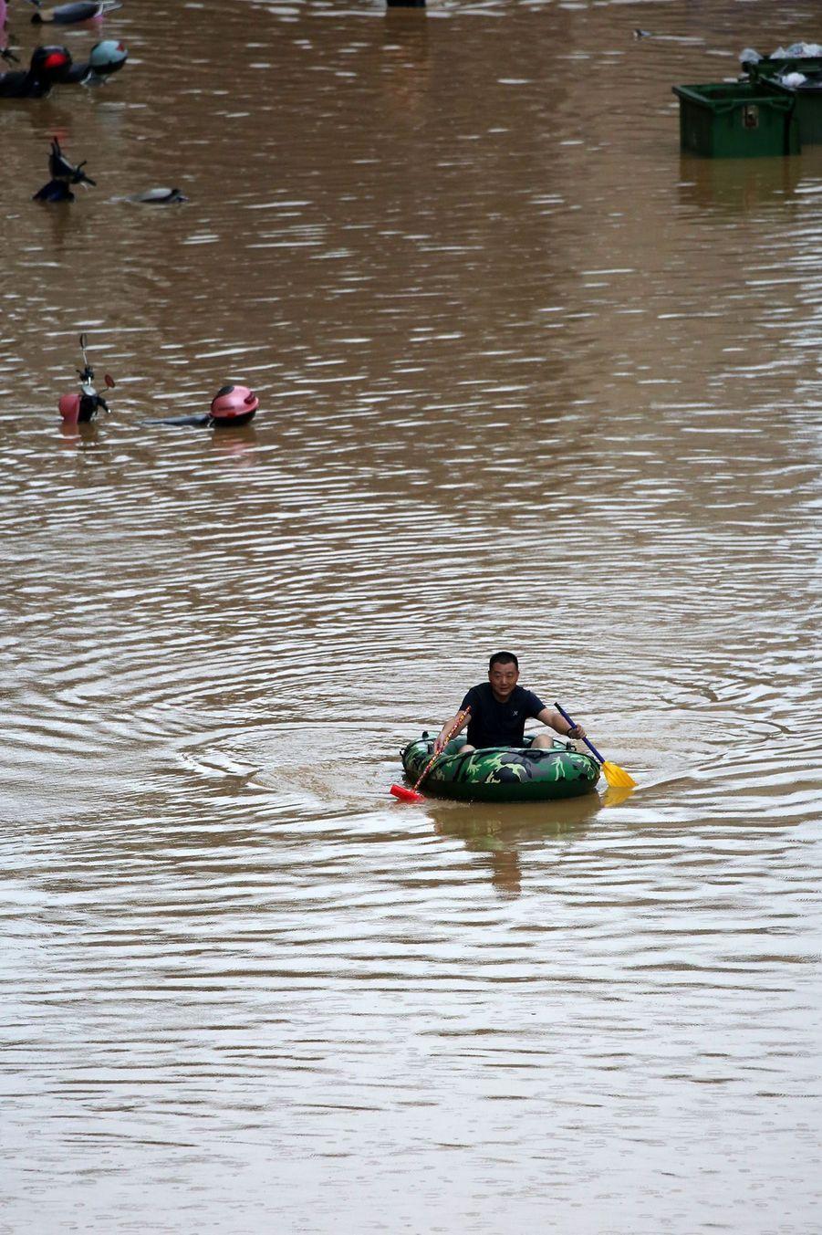 Scènes impressionnantes en dans le centre et l'Est de laChine, avec de nombreux villages et villes inondés, de l'eau qui monte par endroits jusqu'au toit de maisons de plain-pied, ou encore des secouristes évacuant hommes, femmes et enfants à bord de canots gonflables.