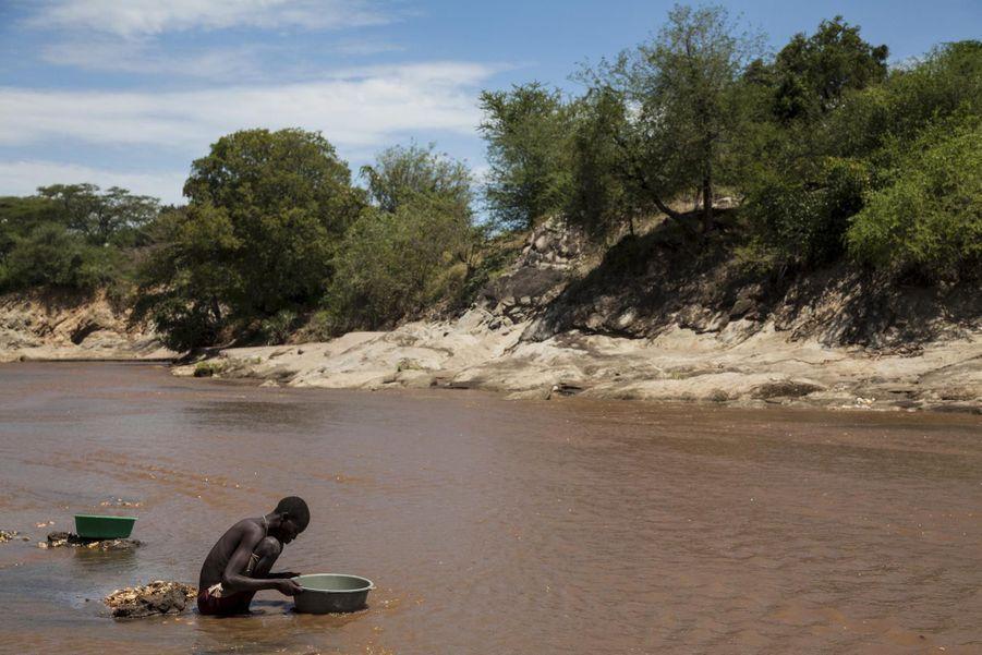 Des chercheurs d'or dans la rivière Singaita
