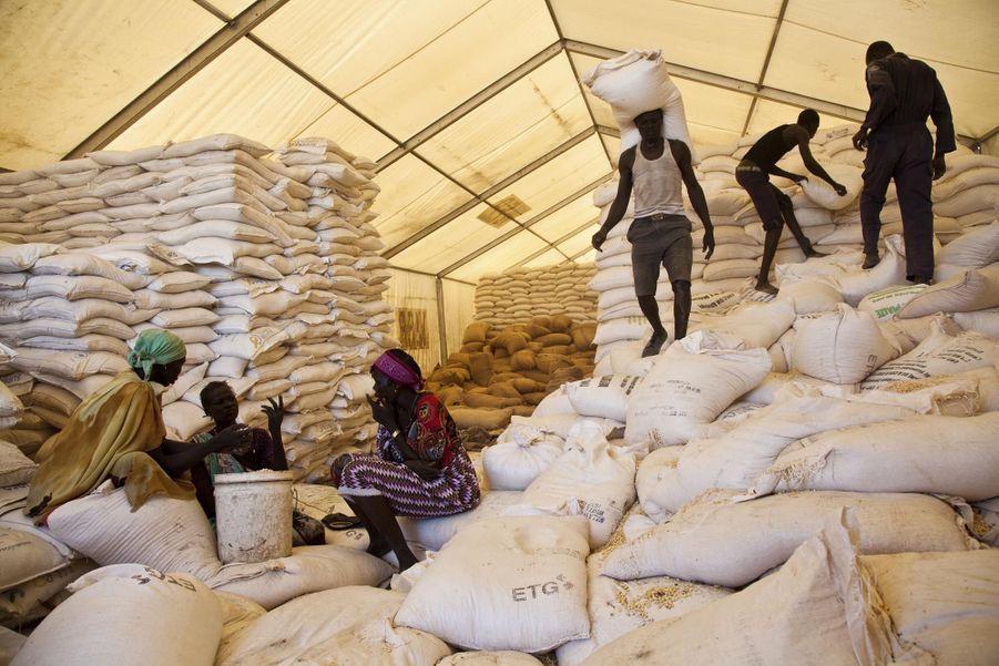Des personnes attendent leur ration sur le site du Programme alimentaire mondial des Nations Unies (PAM) à Pibor (juillet 2012)