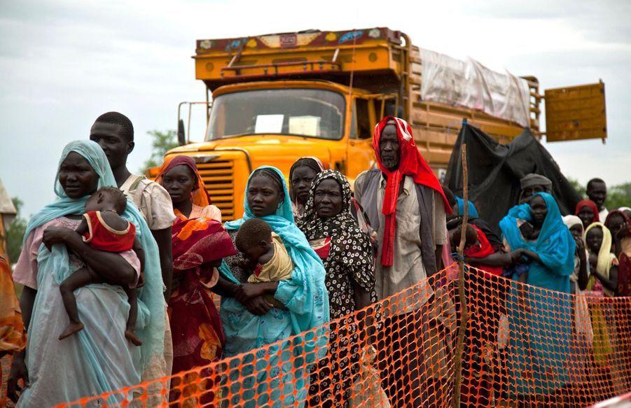Des réfugiés en transfert d'un camp à un autre (juillet 2012)
