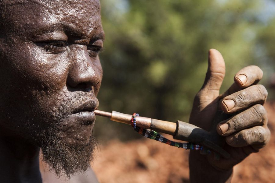 Un chercheur d'or s'octroie une pause (Soudan du Sud, novembre 2013)