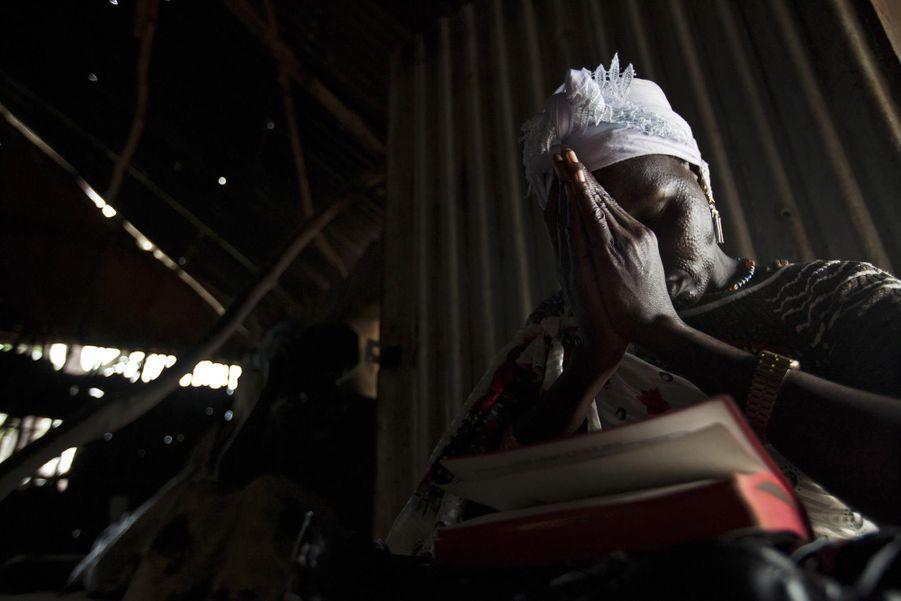 Une femme prie à l'église presbytérienne de Pibor (juillet 2012)