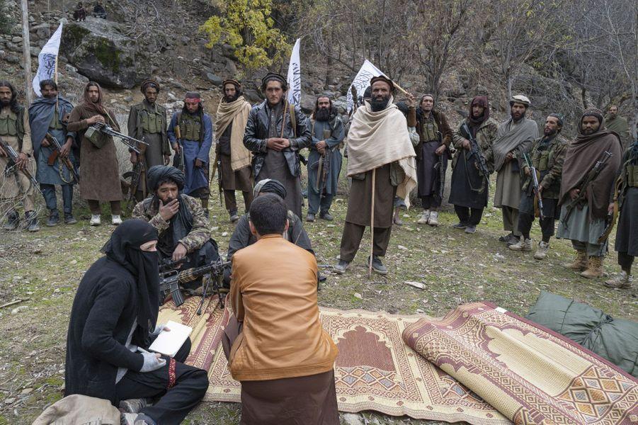 Sous un voile noir et grâce à son interprète, notre reporter (à g.) questionne un commandant taliban.