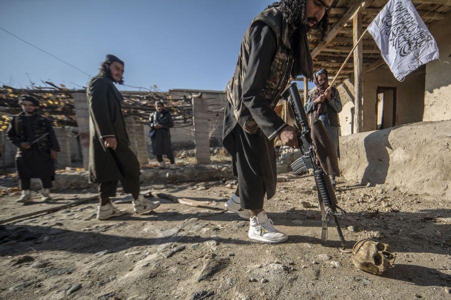 Dans les environs de Zawa. Les talibans ont tué plusieurs combattants de Daech dans cette maison. Ils laissent les chiens déchiqueter les cadavres.