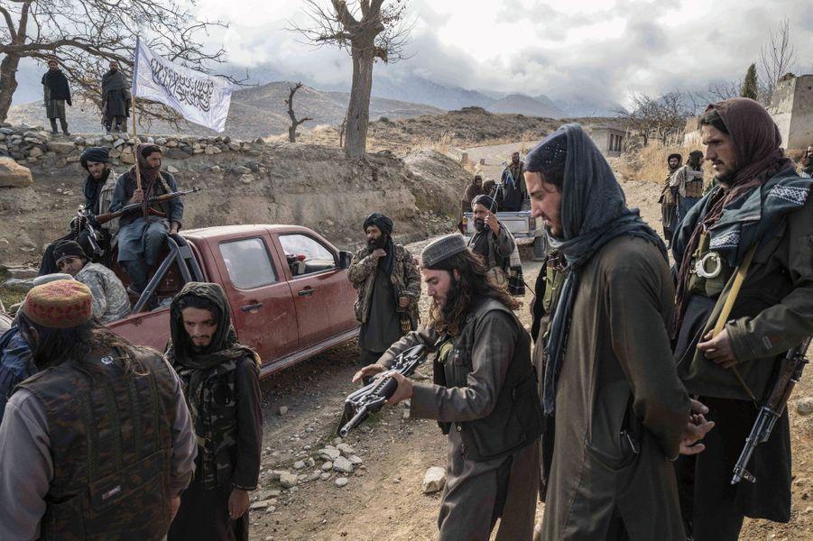 Patrouille à Zawa, dans la province du Nangarhar, dans l'est du pays, le 13 décembre. Les talibans ont repris la zone à Daech en octobre. Sur le drapeau, la chahada, la profession de foi musulmane.