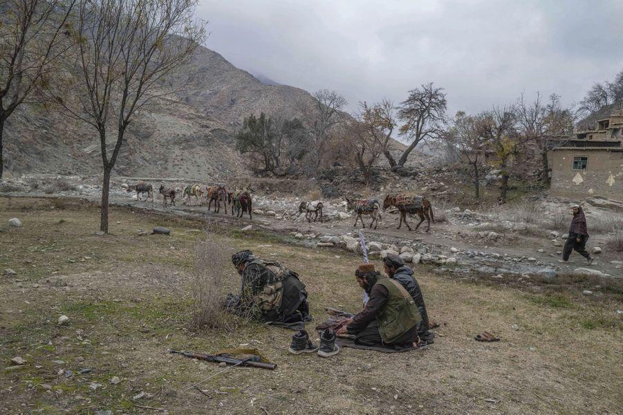 La prière. Au premier rang, le commandant Tarek, qui contrôle 20 provinces. En arrière-plan, un éleveur : les bergers sont restés pour s'occuper des bêtes.