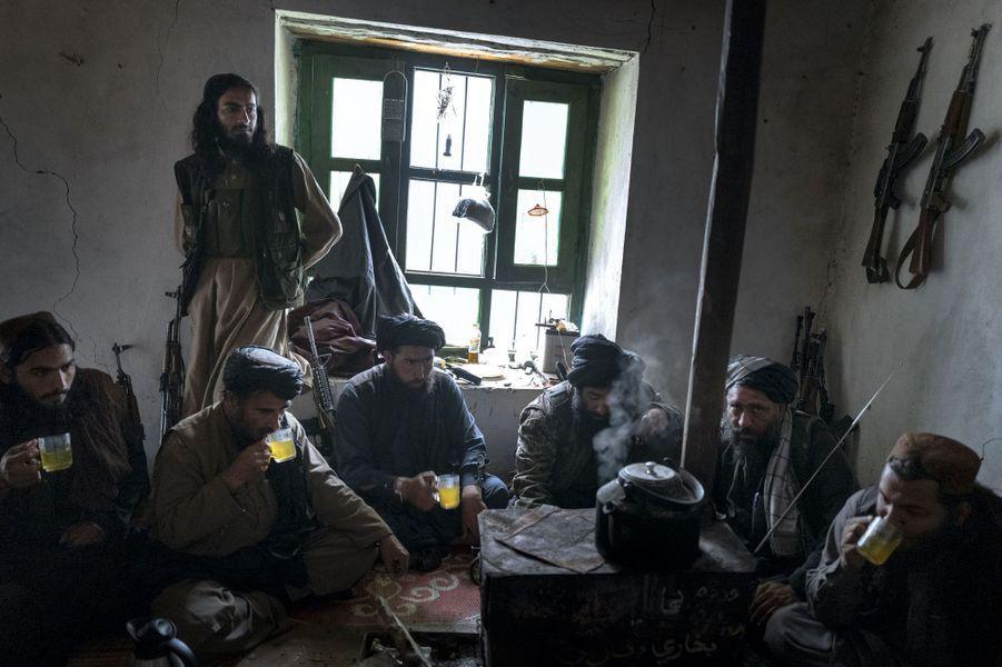 Le thé de l'hospitalité. Emmenés par le commandant Tarek (2e en partant de la dr.), nos reporters sont invitées à déjeuner. Un geste envers deux femmes autrefois impensable.