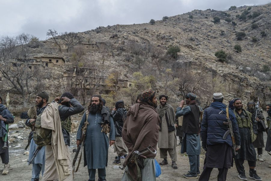 A une heure de Zawa, en direction de la ligne de front. Les talibans s'enfoncent dans cette zone montagneuse à la poursuite des combattants de Daech, retranchés dans la province de Kunar.