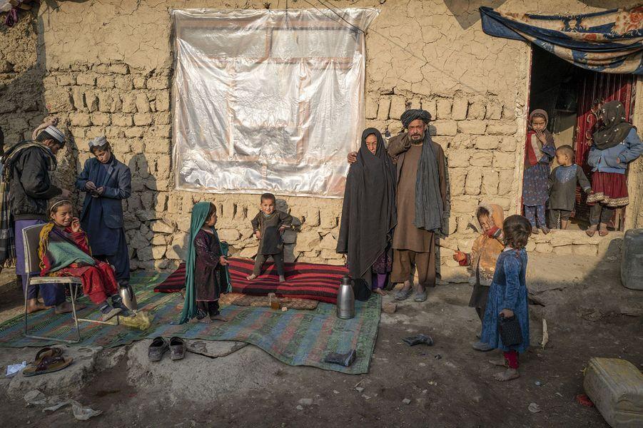 Ce couple et ses enfants ont fui la province du Helmand, contrôlée en partie par les talibans. Ils vivent depuis huit ans dans ce camp de Kaboul.