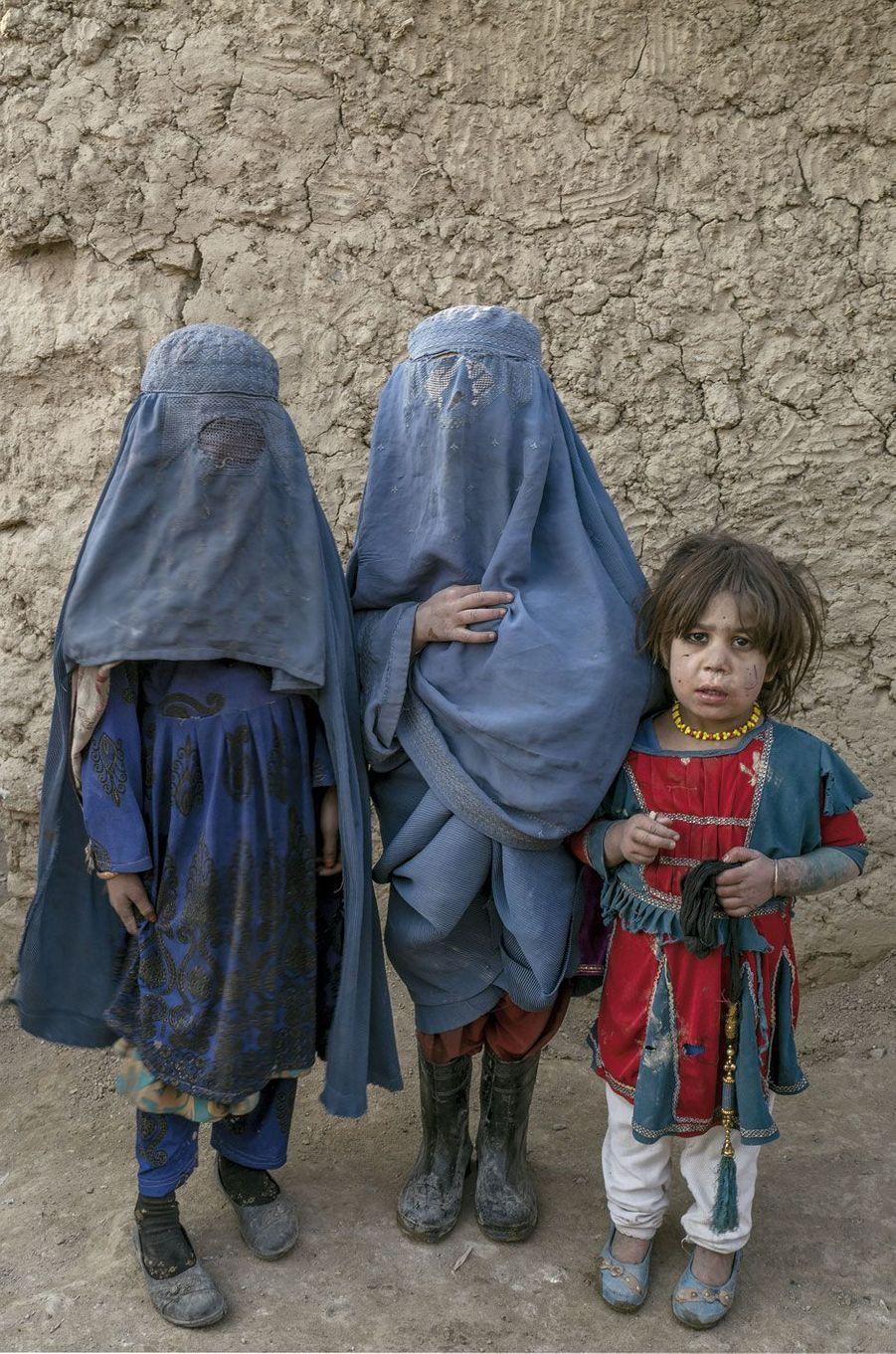 Dans un camp de déplacés, à Kaboul. Ces fillettes viennent du Helmand, une région ultra-conservatrice où on les « habitue »à la burqa, avant de l'imposer dès l'âge de 9 ans.