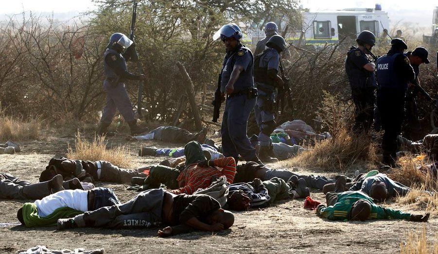 De violents affrontements ont opposé jeudi les forces de l'ordre sud-africaines et des mineurs en grève, à Marikana. La police a tiré sur la foule des manifestants et le dernier bilan fait état d'au moins 30 morts.