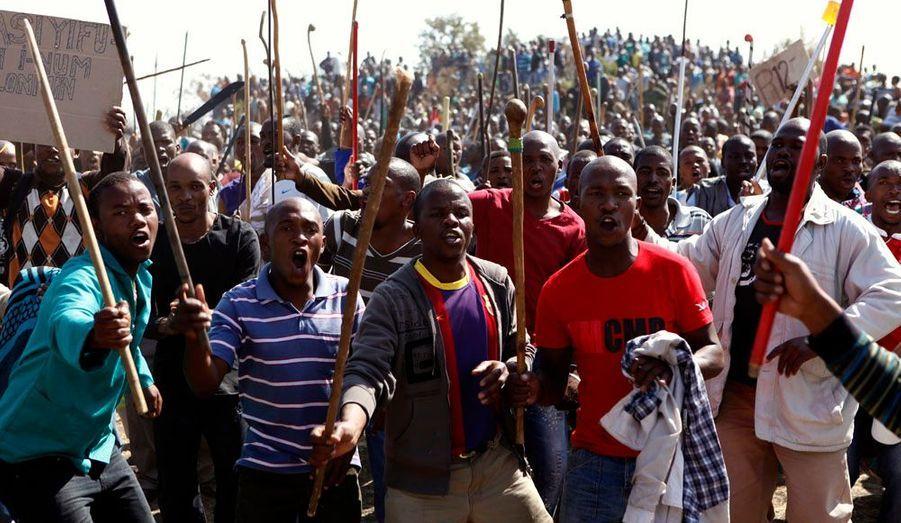 A ces revendications s'ajoute une guerre inter-syndicale entre l'Association of Mineworkers and Construction Union (AMCU) et la National Union of Mineworkers (NUM), proche de l'ANC au pouvoir. La première nommée, plus récente, accuse la seconde d'avoir orchestré la répression.