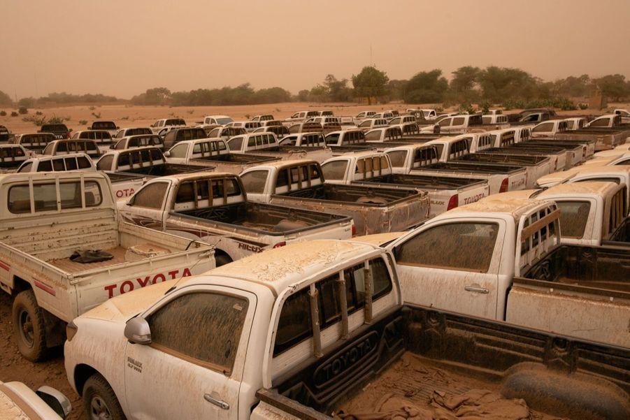 Les pick-up saisis aux passeurs sont stockés sur une base militaire.
