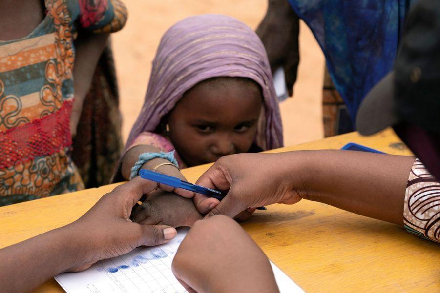 Une fillette nigérienne de 5 ans est enregistrée par l'OIM.