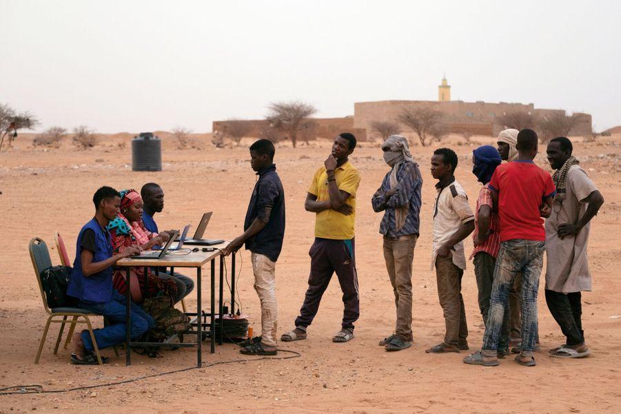 Une file d'attente au milieu du désert, c'est l'image de la politique migratoire menée depuis deux ans par les autorités nigériennes avec le soutien de l'union européenne