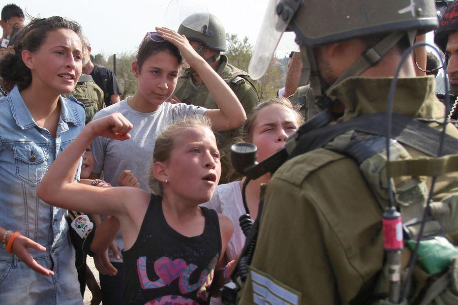 Enfant, Ahed Tamimi défie déjà les soldats israéliens.