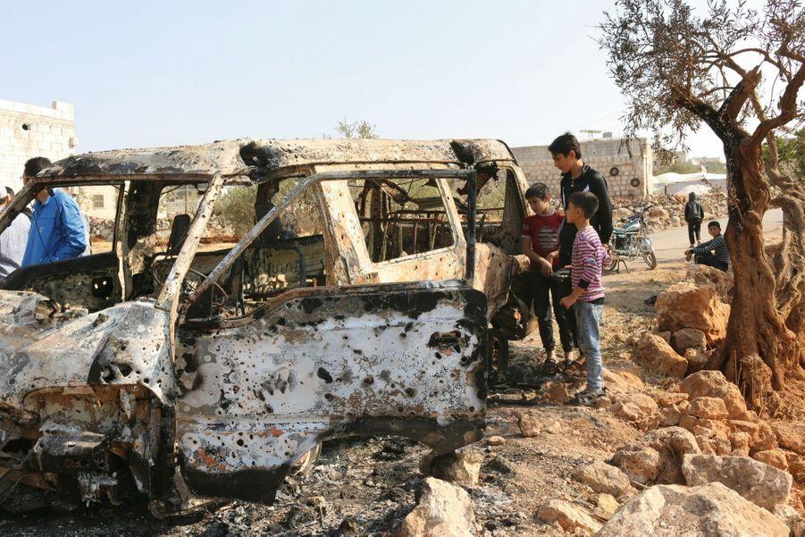 Des habitants du village de Baricha (proche d'Idlib) découvrent un minibus mitraillé par un hélicoptère. Semble-t-il par erreur.