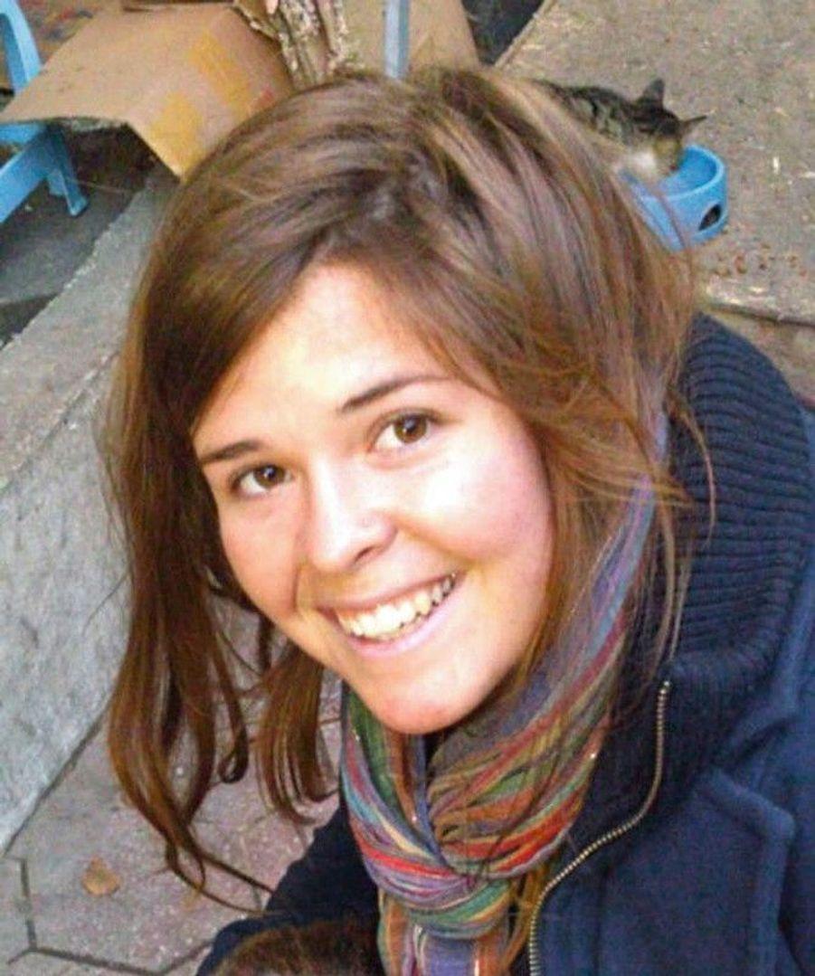Elle avait 27 ans à sa mort, en 2015. Humanitaire américaine enlevée à Alep en 2013, Al-Baghdadi avait fait de Kayla Mueller son esclave sexuelle. « Il l'a gardée en captivité et il l'a tuée, c'était un animal », a déclaré Trump.