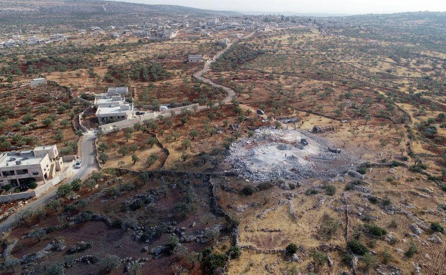 Dimanche 27 octobre. Huit hélicoptères de la Delta Force en provenance d'Erbil, en Irak mitraillent les abords de la villa puis déposent les commandos qui s'emparent des lieux. Le raid dure près de 3 heures et fait neuf morts (dont Al-Baghdadi). Un bombardement aérien parachève l'opération.