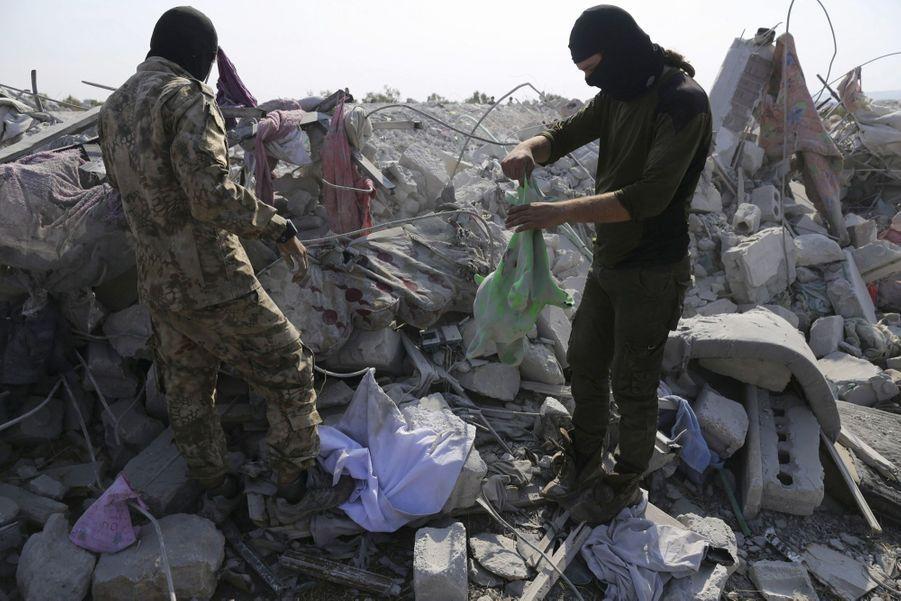 Des miliciens inspectent les ruines. Hayat Tahrir ash-Sham (ex-Al-Qaïda), qui domine la région d'Idlib, a pris position autour du site.
