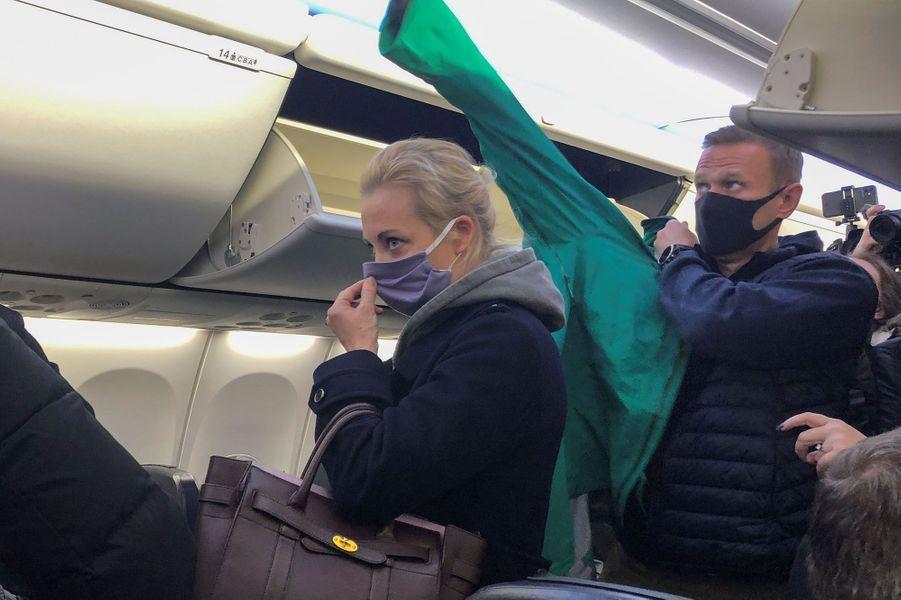 Le couple Navalny dans l'avion qui doit les mener à Moscou, en Russie.