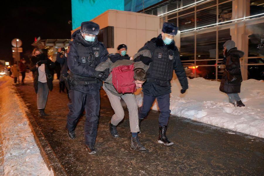 Les militants sont arrêtés à l'extérieur de l'aéroport.