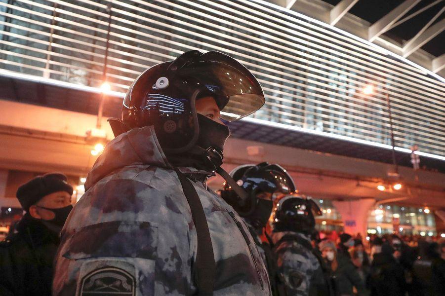 La police est présente en nombre aux abords de l'aéroport.