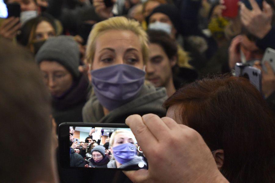 Yulia Navalnaya, seule à l'aéroport de Moscou, les larmes aux yeux.
