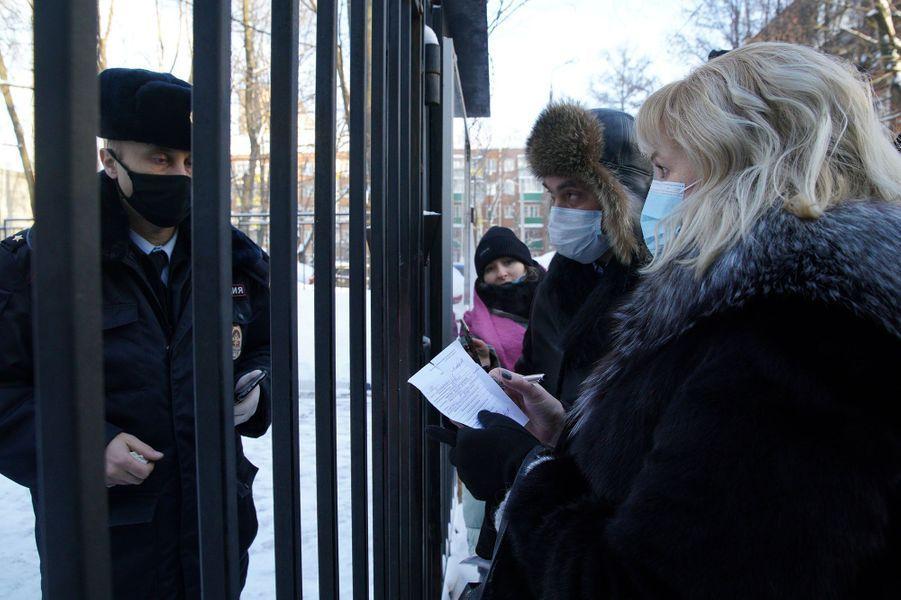 Olga Mikhailova et Vadim Kobzev, les avocats d'Alexeï Navalny, sont tenus à l'écart.