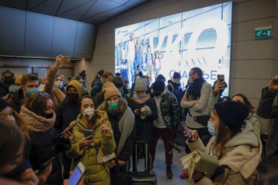 Alexeï Navalny a quitté l'Allemagne pour la Russie, le 17 janvier 2021. Ses partisans l'attendent à l'aéroportVnukovo de Moscou.