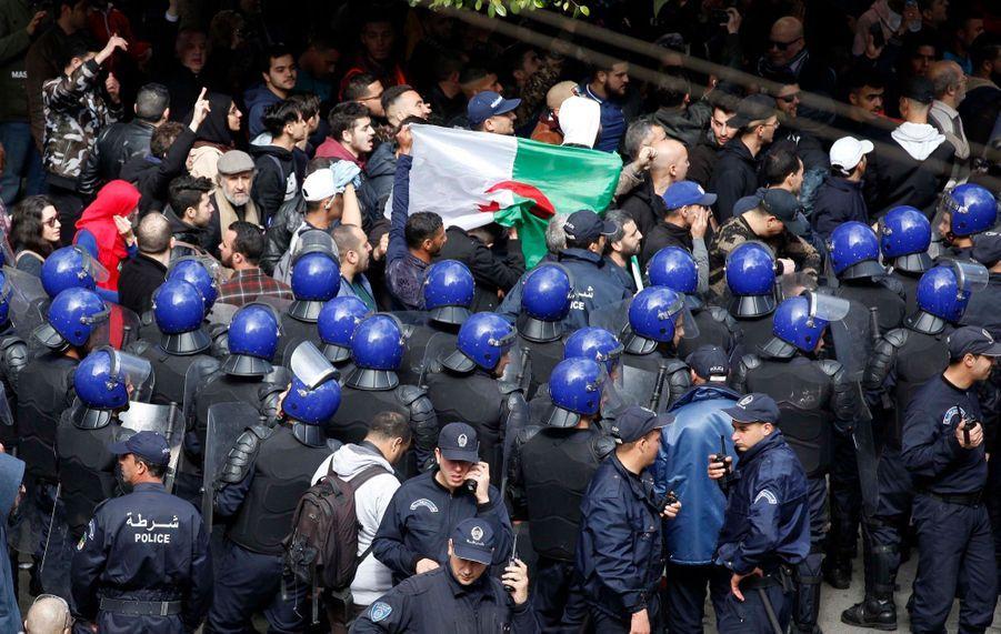 Malgré la police, nouvelle manifestation à Alger contre un 5e mandat de Bouteflika
