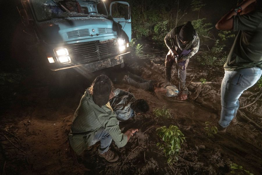 Une fois le convoi forestier arrêté, son équipage est extrait du véhicule et ligoté .